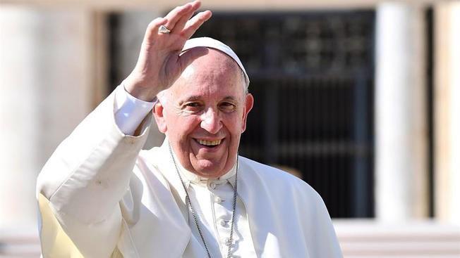 Papa proclama a dos Santos