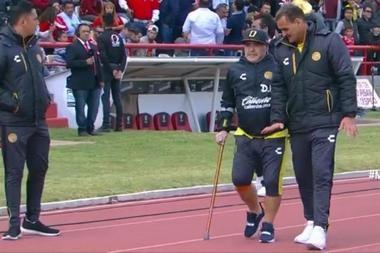 Maradona presente serio problemas con su rodilla.
