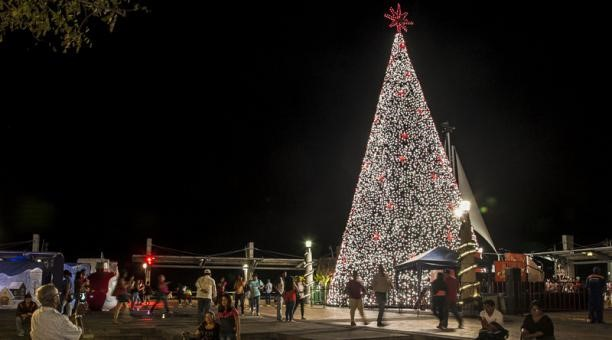 Se prende la Navidad en Portoviejo.