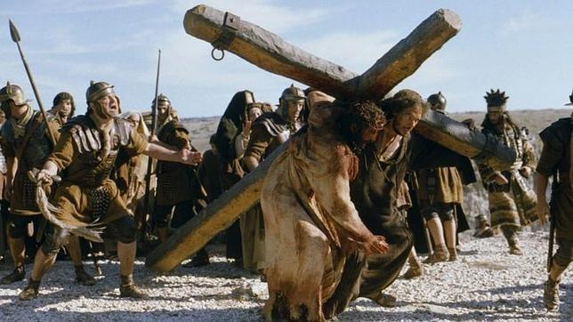 Cientos de fieles rezaron el Vía Crucis este Viernes Santo