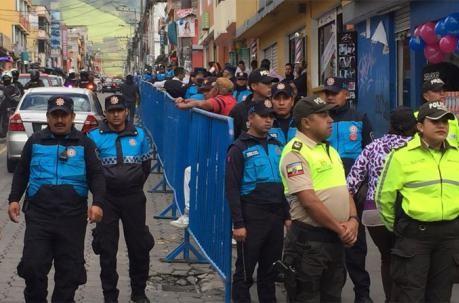 Operativo para sacar vendedores ambulantes al sur de Quito, causa molestias