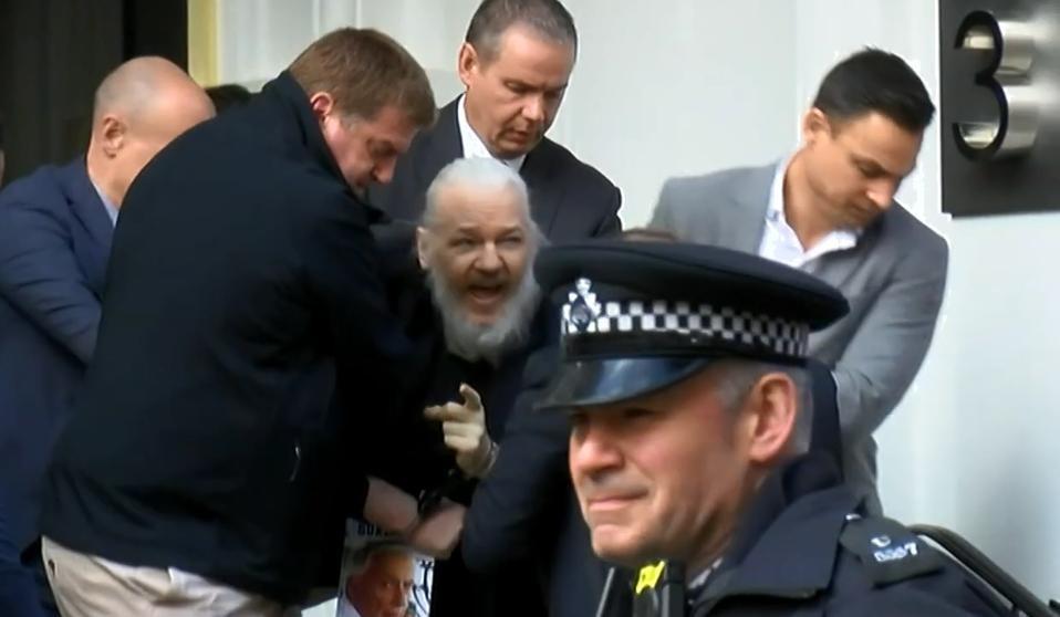 Julian Assange: Caída y polémica