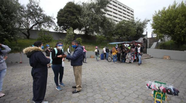 Afuera de hospitales en Quito esperan por información sobre pacientes; camas en UCI siguen al límite