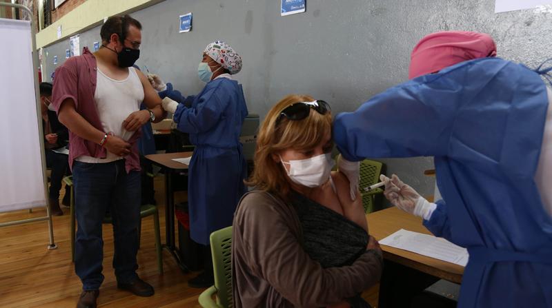 Especialistas aclaran mitos y dudas sobre la vacunación contra covid-19